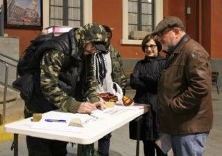 Un jove s'atura a signar a favor del moviment // Jose Polo