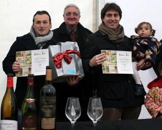 Xavier Cerdán i Marcos Crespo recollint el premi acompanyats del regidor de Fira, Joaquim Martí // Jose Polo
