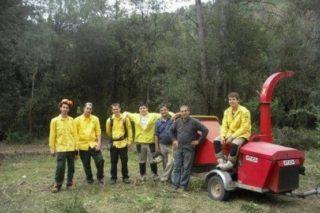 Els voluntaris de l'ADF dediquen el seu temps lliure a desbrossar el bosc per prevenir incendis // ADF Puigmadrona - Olorda