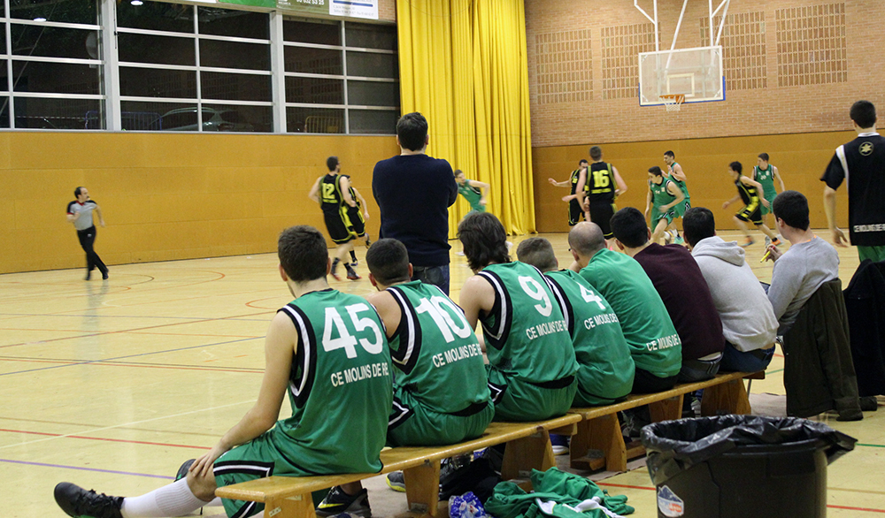 Els jugadors molinencs miren atentaments una acció // Jose Polo