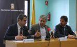 Francesc Homs, al centre, va ser rebut a la sala de plens per Joan Ramon Casals i Xavi Paz // David Guerrero