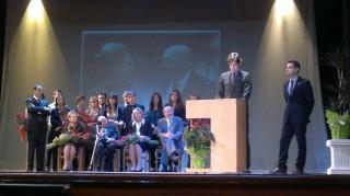 El doctor Fàbrega (assegut, segon per l'esquerra) va estar acompanyat de tota la seva familia en la part final de l'acte en el que va ser proclamat Fill Predilecte // J.R.