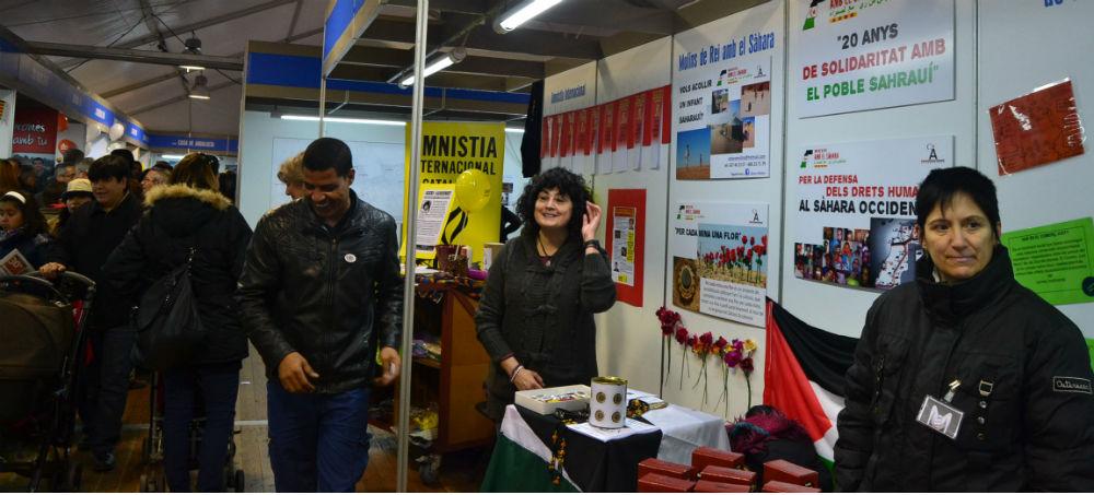 De dreta a esquerra, un gran estand compartir per Amnistia Internacional, Molins de Rei amb el Sàhara i Comerç Just // Elisenda Colell