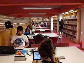 Els usuaris també porten els seus ordinadors personals a la Biblioteca// Laura Herrero