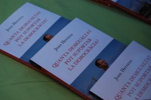 Exemplars del llibre que ha presentat Joan Herrera // Alena Arregui
