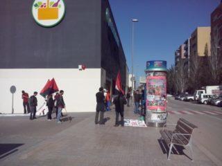 Imatge dels manifestants davant del Mercadona de Molins de Rei // CNT Cornellà