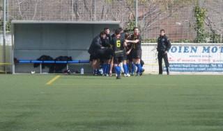 Els jugadors celebren el tercer gol del partit amb la banqueta // Adrià Casaín