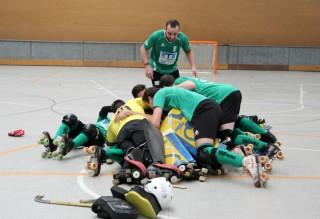 Els jugadors del CE Molins de Rei celebrant l'ascens // Jose Polo