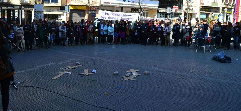 Un centenar de persones van participar a la concentració a la plaça de la vila el dissabte 8 de març // Elisenda Colell