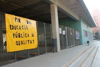 L'entrada de l'escola la Sínia amb una pancarta en contra de les retallades // Jose Polo