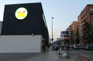 Imatge de l'entrada del Mercadona, on estava l'indigent // Jose Polo