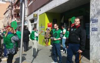 Membres de la PAH a la sucursal de Bankia a Molins de Rei // Jose Polo