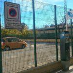 L'antic dipòsit del carrer Josep Cariteu ja s'ha reconvertit en un aparcament de zona blava amb la seva corresponent senyalització i màquina de pagament // David Guerrero