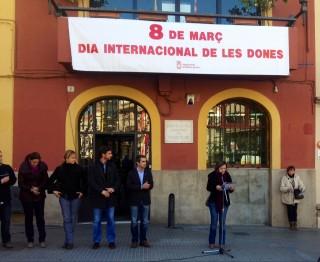 La regidora Jessica Revestido va ser l'encarregada de llegir el manifest // Laura Herrero