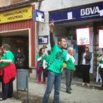 La PAH torna a actuar al BBVA de Molins de Rei en solidaritat amb una afectada del Penedès