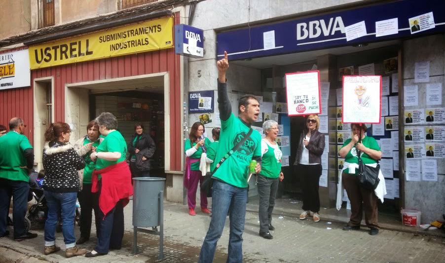 Activistes de la PAH reivindicant-se a la seu del BBVA // Jose Polo