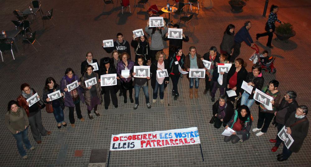 El Grup de Dones Molins es van concentrar abans del ple municipal // Jose Polo