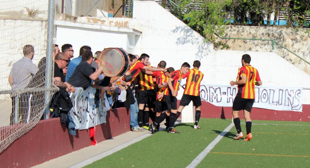 Jugadors i afició celebren, units, el segon gol // Jose Polo