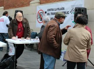 Els membres de la PUTP recollint signatures la plaça del Mercat // Jose Polo
