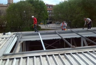 Obrers treballant en el sostre del Poliesportiu Municipal // Ajuntament de Molins de Rei