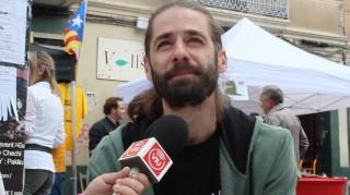 L'escriptor Adrià Sàbat durant l'entrevista amb Viu Molins de Rei a la Fira del Llibre de Sant Jordi // David Guerrero