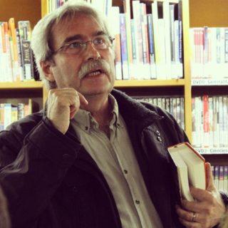 Jaume Cabré s'ha acompanyat d'un exemplar de la seva última novel·la i ha llegit diversos fragments // Jordi Romeu