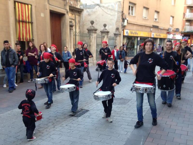 Els diables de l'Agrupa van deixar-se veure i es van fer escoltar al carrer Rafael Casanova // Diables de Molins de Rei