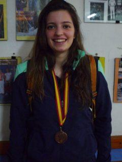 Clara Carbonell posa amb la seva medalla // cedida per El Llaç