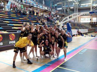 Elena Capella (dorsal 11) celebra el passi a quarts amb les seves companyes // Basket Almeda