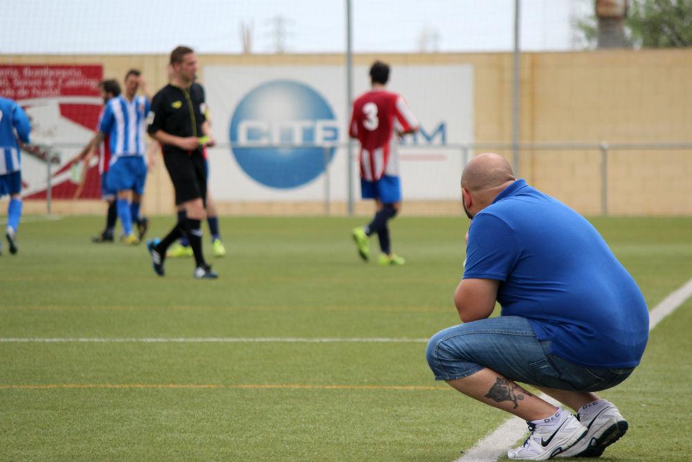 Isaac Bustamante, entrenador de l'Atlètic Incresa, contemplant una acció // Jose Polo