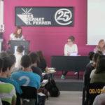 Un grup d'alumnes porten la historiadora Assumpta Montellà al Bernat el Ferrer