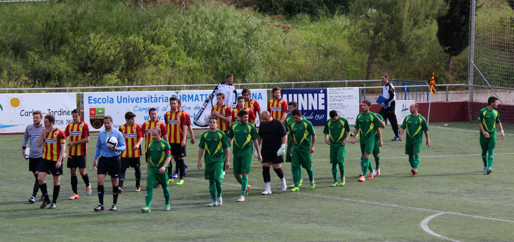 Molins de Rei CF i Penya Recreativa sortint al camp // Jose Polo