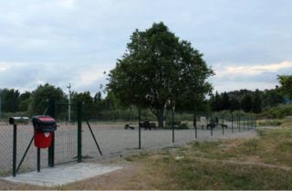 L'espai de lleure per a gossos del barri de la Granja ja està en funcionament // Jose Polo