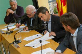 Els representants de la Fundació Agrària i de l'Ajuntament en el moment de signar el conveni a la sala de plens // Ajuntament de Molins de Rei