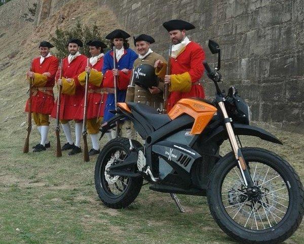Albert Artés i la seva moto elèctrica en una imatge promocional de la ruta elèctrica // REL