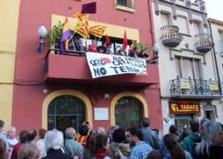 Un grup de joves ha pujat al balcó de l'Ajuntament per desplegar una pancarta // David Guerrero