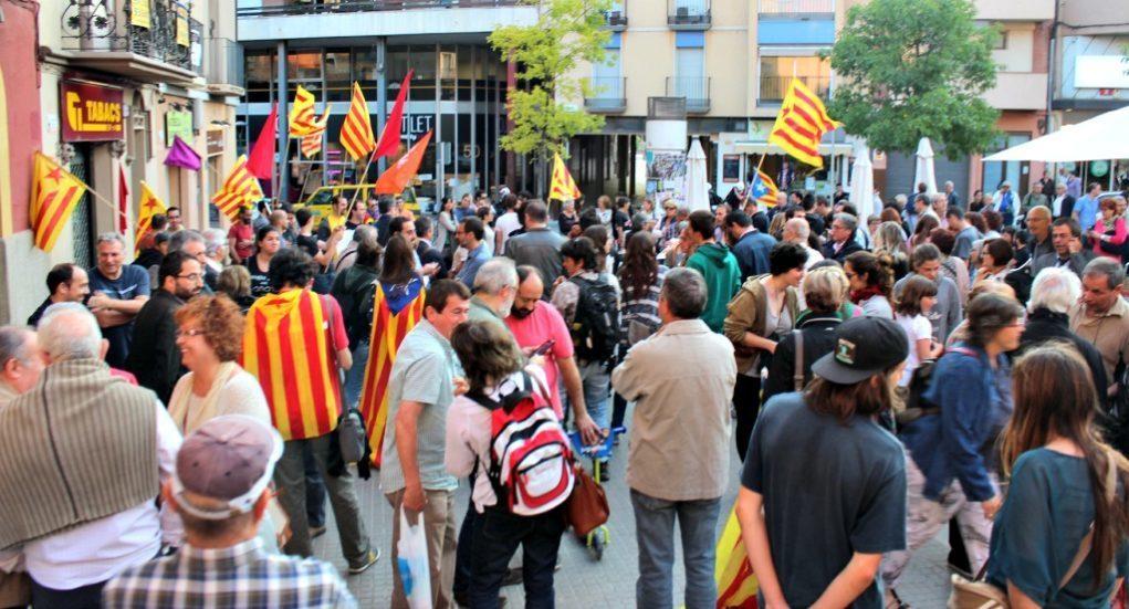 Prop de 200 persones s'han concentrat a les 8 del vespre a la plaça de l'Ajuntament // David Guerrero
