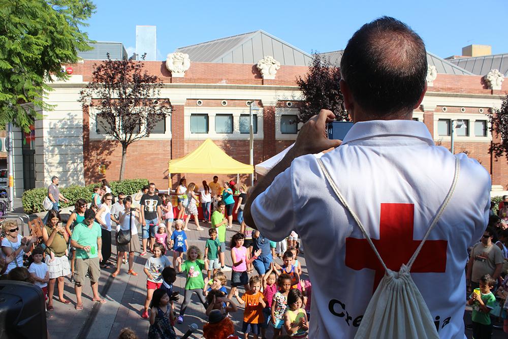 Carles Solé, de la Creu Roja, filma com els nens s'ho passen bé amb la Fifita // Jose Polo