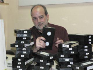 Santy Porta al seu arxiu rodejat de cintes de vídeo // http://minutsrevival.blogspot.com.es