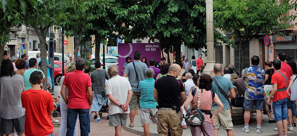 La plaça la Creu plena de persones per escoltar Podemos // Jose Polo