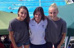 Les germanes Cortés acompanyades de la seva entrenadora // CN Molins