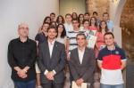 Els alumnes reconeguts per la seva feina durant el curs es van fotografiar acompanyats de Jordi Arbiol (primer a l'esquerra) i els representants de l'Ajuntament // Ajuntament de Molins de Rei