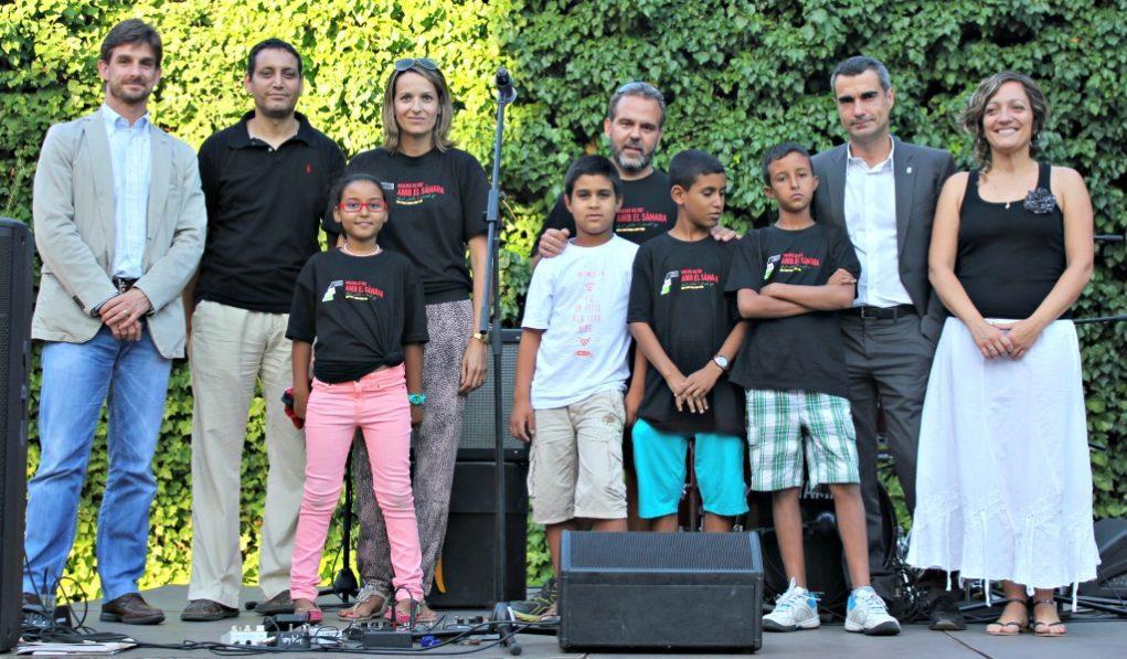 Els tres nens que passen l'estiu a Molins de Rei i un de Barcelona acompanyats dels representants de Molins de Rei amb el Sàhara i el Front Polisario // David Guerrero