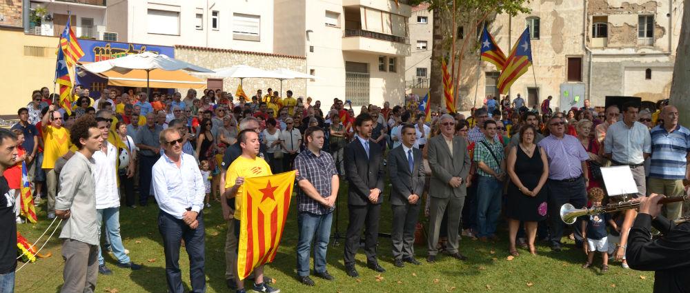 Els assistents, cantant l'himne nacional de Catalunya // Elisenda Colell