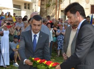 L'alcalde, Joan Ramón Casals, i el primer tinent d'alcalde, Xavi Paz, fent l'ofrena floral // Elisenda Colell