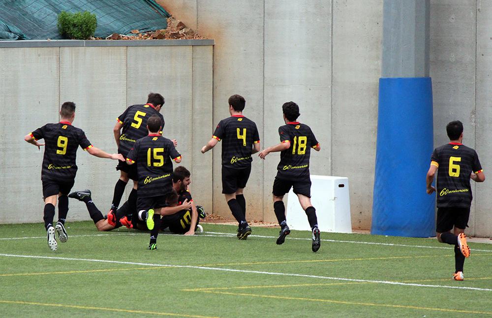 Els jugadors del Molins de Rei CF celebren el 2 a 3 // Jose Polo