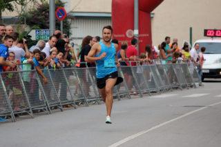 Isaac Piñeiro, guanyador de la cursa popular, abans d'arribar a meta // Jose Polo