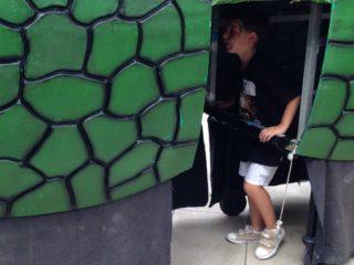 Un nen juga dins del Cuc // Laura Herrero