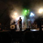 La plaça de la Llibertat s'omple de joves les nits de Festa Major