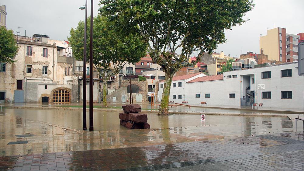 El pati del Palau convertit en una gran piscina un cop la pluja ha afluixat // Jose Polo